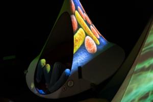 Riippukeinun kankaassa näkyy mikrobeita. På hängstolens tyg syns mikrober.