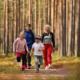 Perhe juoksee metsäpolulla